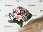 Kytička fialovych květin vyrobena drátkovací technikou