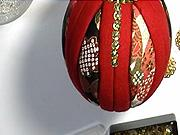 Vianočné ozdoby - Červeno zlatá vianočná guľa  z látky