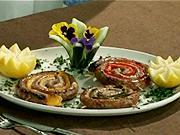 Klobásové závitky - recept na klobásové závitky s červenými a žltými paprikami