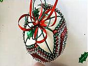 Pestrá vianočná guľa