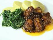 Bravčové opekance so špenátom  - recept na bravčové kúsky na pive so zemiakovým knedlíkom a špenátom