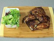 Bravčove rebierka v sladkej omáčke - recept na pečené bravčové rebierka v sladkej omáčke s listovým šalátom