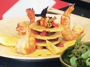 Grilované krevety - recept na krevety na zelenine s parmezánovými čipsami