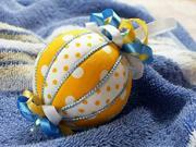 Žlto-biela vianočná guľa - ako vyrobiť vianočnú guľu z polystyrénu a látky