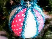 Bielo-modrá vianočná guľa s chlpkami