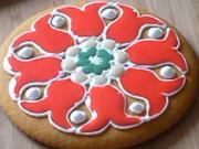 Medovník zdobený červenými kvetmi - ako vyzdobiť medovník podľa predlohy