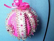 Ružová flitrovaná vianočná guľa