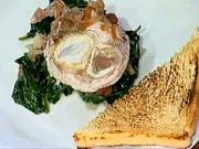 Stratené vajcia po Burgundsky - recept na stratené vajcia so slaninkou, mrkvou, cibulkou a špenátom