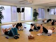Břišně cviky s činkami - Posilování břicha s činkami