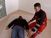 Stabilizovaná poloha - Ako uložiť raneného do stabilizovanej polohy - Prvá pomoc