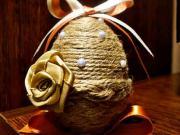Veľkonočné vajíčko zdobené šnúrkou