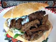 Kebab - recept na Kebab s čerstvým chlebom, zeleninou a jogurtovou omáčkou