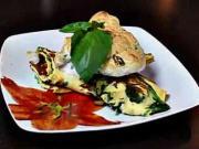 Omeleta so syrovou príchuťou, špenátom a cuketou zapečená s bylinkovým snehom