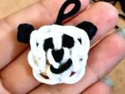 Panda - prívesok z gumičiek