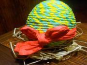 Velikonoční vajíčko ozdobené krepovým papírem
