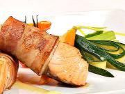 Príprava mini steakov z lososa so slaninkou - recept