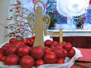 Veniec z glitrovaných guličiek na Vianoce