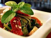 Zeleninový šalát - recept na šalát z čerstvej zeleniny s pečenými paprikami a gazdovským syrom