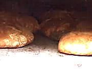 Tradičný domáci chlieb pečený v peci