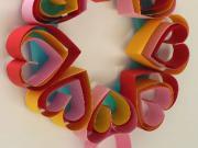 Srdiečkový veniec z papiera - Valentínska dekorácia z papiera