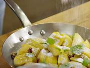Jablkový koláč s lístkovým cestom na panvici - recept na koláč z panvice