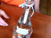 Ozdobná fľaša z bankovkou vo vnútri