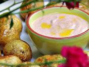 Brambory pečené ve slupce - recept na pečené brambory s dipem z zakysané smetany