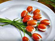 Paradajky plnené syrom - recept na paradajkové tulipány plnené syrovou zmesou