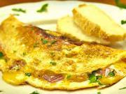 Vaječná omeleta  so šunkou a syrom - recept na omeletu plnenú  šunkovo-syrovou zmesou