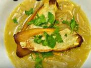 Cibulová polévka - recept na cibulovou polévku s bagetou se zapečeným sýrem