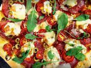 Pizza z nekysnutého cesta (focaccia) so salámou, olivami a chilli papričkami - recept