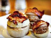 Mäsové gule zapečené s cibuľou a slaninou - recept