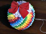 Dúhová vianočná guľa z papiera