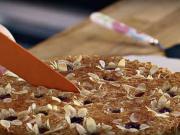 Mandľovo - višňový koláč s kvetinkami - recept