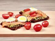 Celozrnný chléb s uzeným lososem, avokádem a vajíčkem - recept