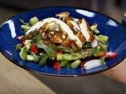 Grécky šalát so špargľou a syrom halloumi - recept