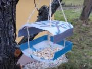 Kŕmidlo pre vtáčiky z plastovej fľaše