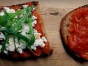 Zapekaný toast s paradajkovym džemom a syrom feta