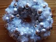 Venček z girlandy a vianočných gúľ